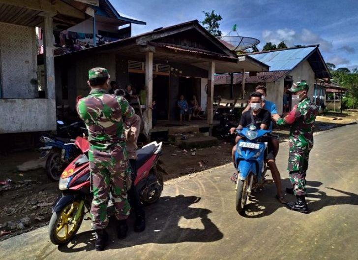 Photo of Tingkatkan Kesadaran Masyarakat, Koramil 1203-04/Simpang Hulu, Terus Bagikan Masker Gratis