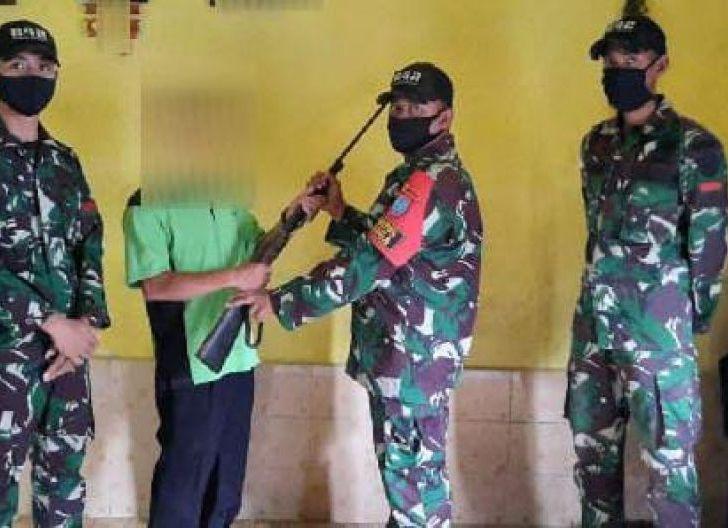 Photo of Beri Pemahaman Tentang Bahaya Kepemilikan Senpi Ilegal, Satgas Yonif 642/Kps Kembali Terima 1 Pucuk Senjata dari Warga