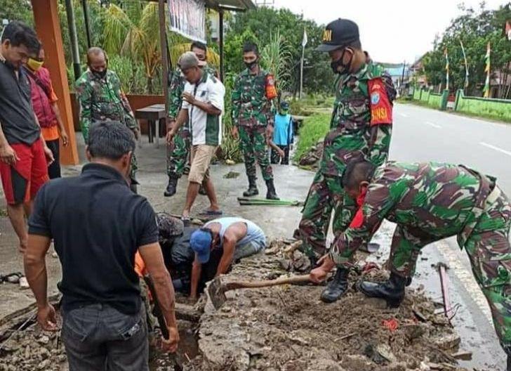 Photo of Cegah Genangan Air, Koramil Mandor Gotong Royong Bersihkan Drainase