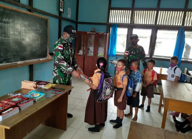 Photo of Motivasi Belajar Anak di Perbatasan, Satgas Yonif 642 Bagikan Buku
