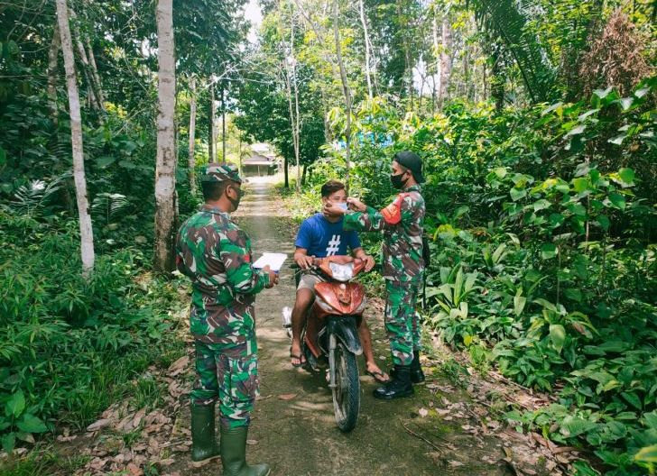 Photo of Babinsa Bongkong Edukasi Warga dengan Cara Bagikan Masker