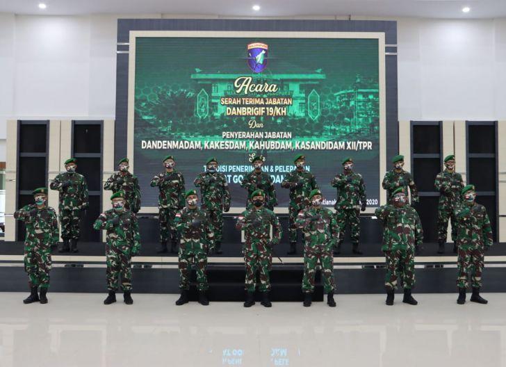 Photo of Pangdam XII/TPR Pimpin Sertijab Danbrigif 19/KH dan Penyerahan Jabatan Golongan IV