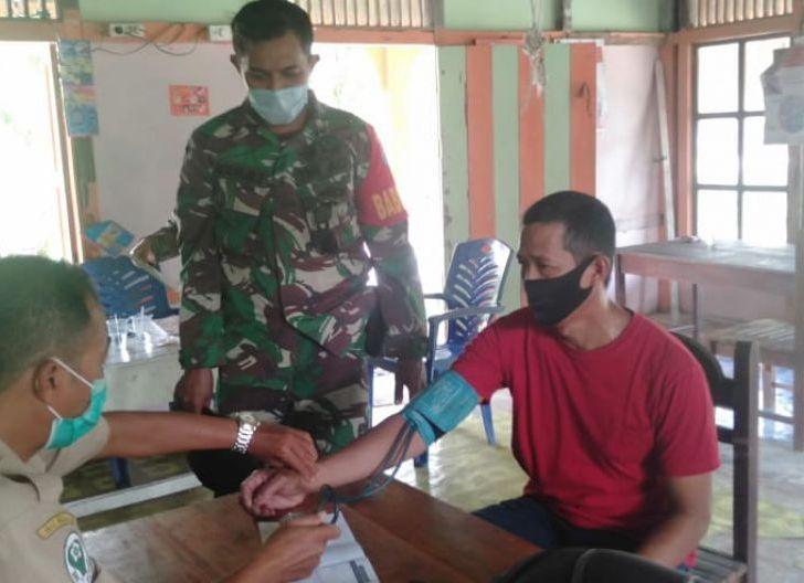 Photo of Peduli Kesehatan Lansia, Babinsa Serindang Lakukan Pendampingan Posyandu