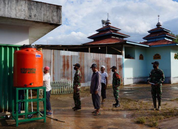 Photo of Cegah Penyebaran Covid-19, Satgas 407/PK Beri Bantu Sarana Cuci Tangan untuk Tempat Ibadah