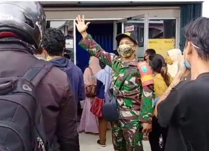 Photo of Abaikan Protokol Kesehatan, Personel Kodim 1201/Mempawah Bubarkan Kerumunan Penerima BPUM di Mandor
