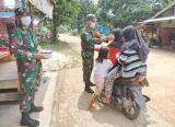 Photo of Berbagi Masker, Upaya Babinsa Nanga Dangkan Perangi Covid-19