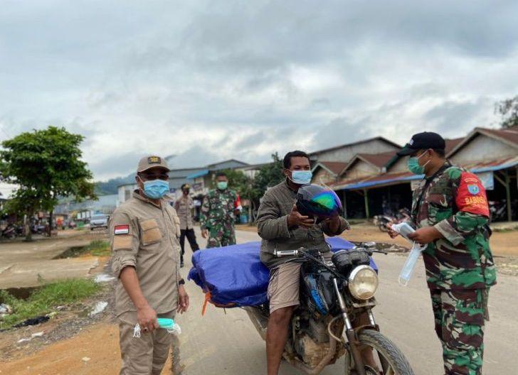 Photo of Gugah Kesadaran Masyarakat, Koramil Tumbang Titi Bagikan Masker Gratis