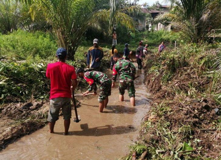 Photo of Pererat Persatuan TNI dan Masyarakat, Babinsa dan Masyarakat Bersihkan Sungai