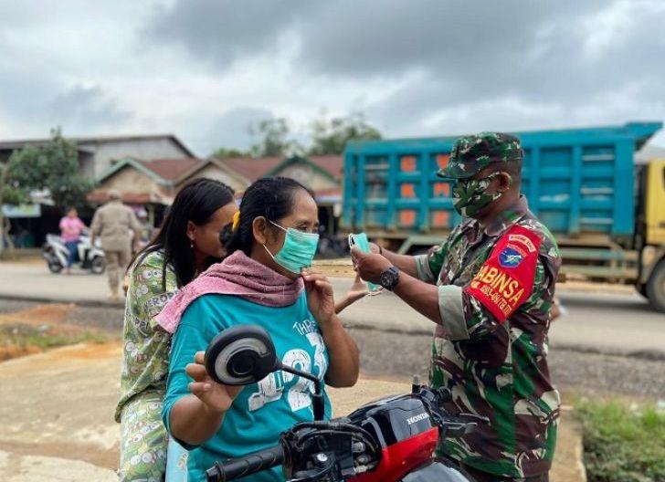 Photo of Koramil Tumbang Titi Terus Bagikan Masker dalam Upaya Gugah Kesadaran Masyarakat Terapkan Prokes