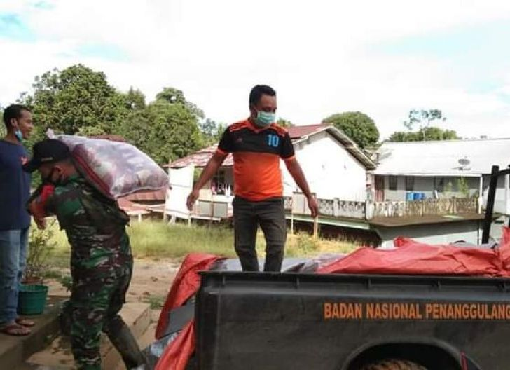 Photo of Agar Tepat Sasaran, Babinsa Meranti Dampingi Pemkab Salurkan Bantuan Korban Banjir