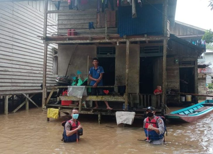 Photo of Siaga Banjir, Personel Polsek Seluas Lakukan Pemantauan Debit Air