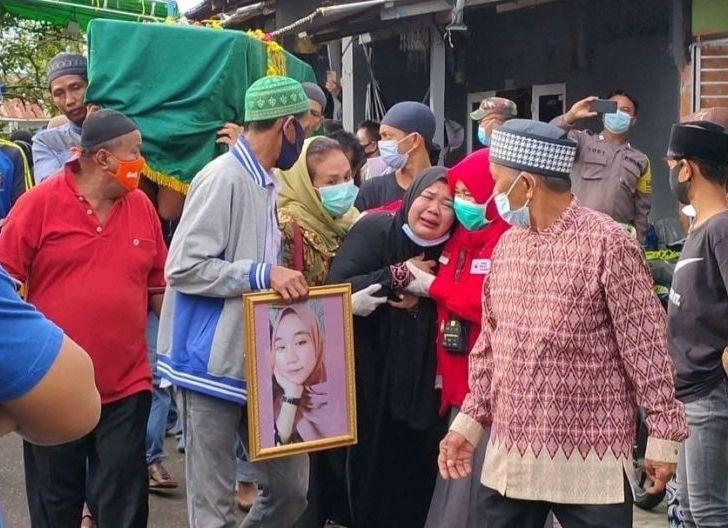 Photo of Kesedihan Iringi Keluarga dan Sahabat Dinda Korban Sriwijaya SJ-182 saat Mengantar Jenazah Ke TPU