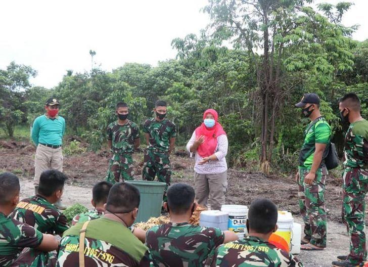 Photo of Kodim 1205/Sintang Bantu Petani melalui Pelatihan Pembuatan Pupuk Organik