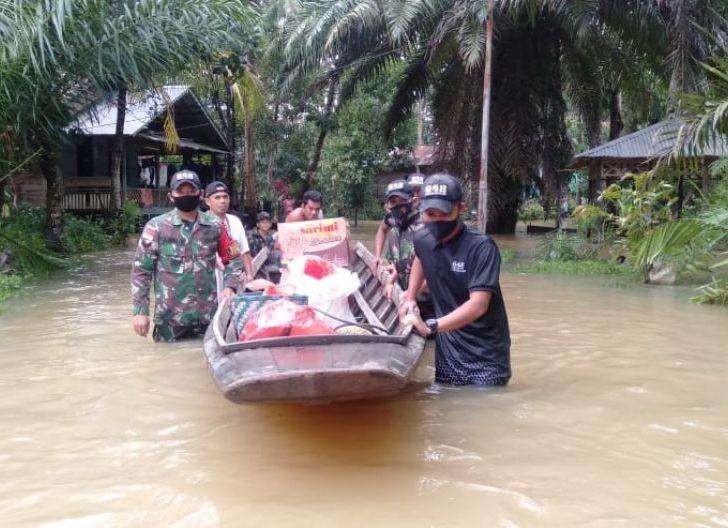 Photo of Gunakan Sampan, Satgas Pamtas 642/Kps Salurkan Bantuan Dampak Banjir