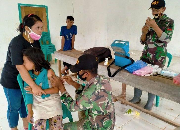 Photo of Cegah Anak Perbatasan Terjangkit Tetanus dan Difteri, Satgas Yonif 407/PK Bersama Bidan Desa Berikan Imunisasi