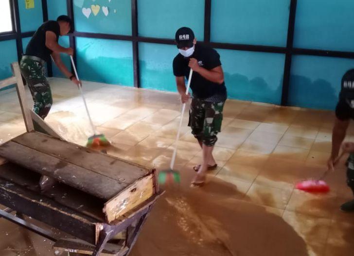 Photo of Bantu Penanganan Paska Bencana, Satgas Pamtas Yonif 642 Bersama Masyarakat Bersihkan Sisa Lumpur Banjir