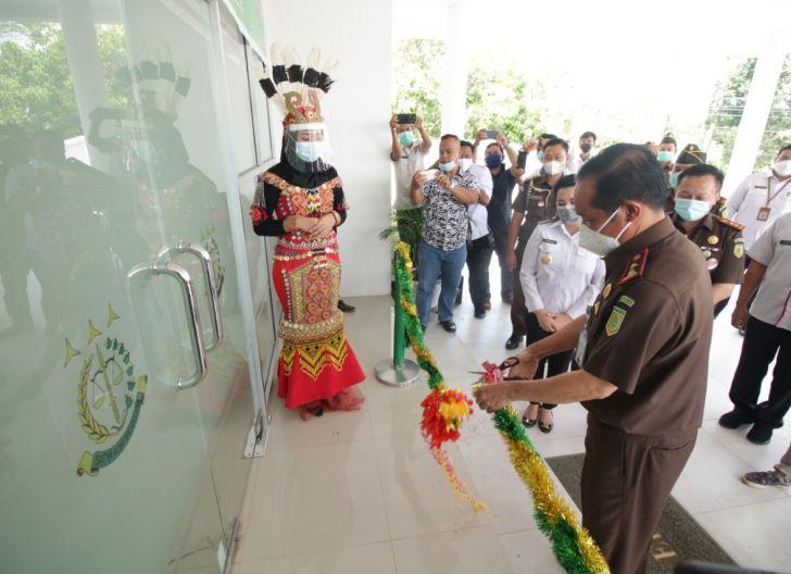 Photo of Bupati Bersama Kajati Kalbar Resmikan Kantor Kejari Landak