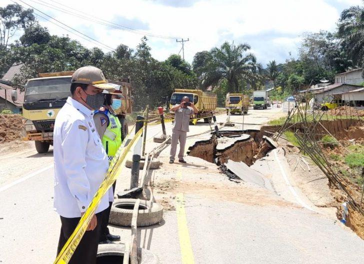 Photo of Jalan Nasional di Dusun Bondes Longsor, Bupati: Pemkab Sanggau Tak Tinggal Diam Melihat Jalan Rusak