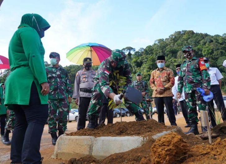 Photo of Danrem 121/Abw Tanam Pohon Perdana di Agro Wisata Bukit Semunggang