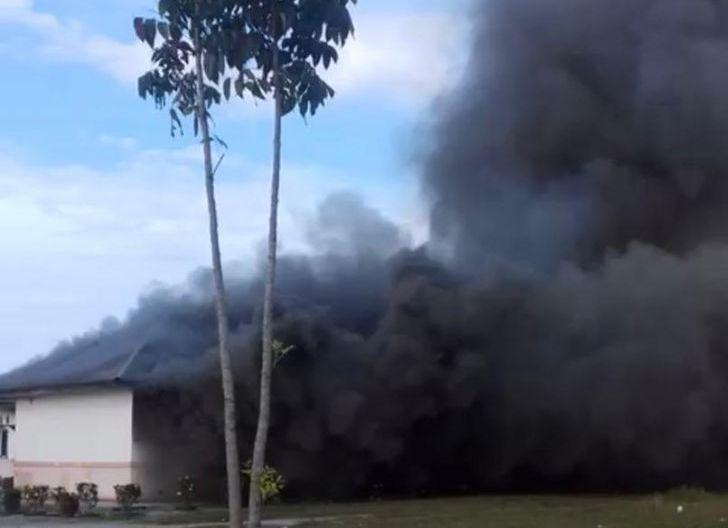Photo of Diduga Kesal Terhadap Perusahaan, Puluhan Warga Bakar Kantor PT. Arrtu di Kecamatan MHS