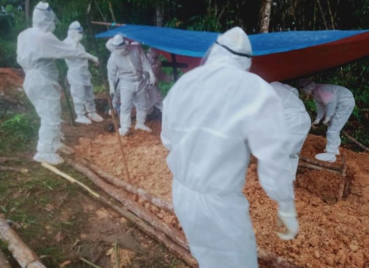 Photo of Peduli Warga Binaan, Babinsa Koramil 1202-07/Ledo, Kawal Pemakaman Warga dengan Prosedur Protokol Kesehatan