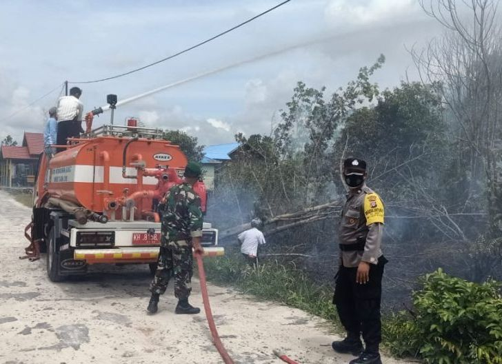 Photo of Babinsa Baru Bersama Masyarakat Sigap Padamkan Kebakaran Lahan