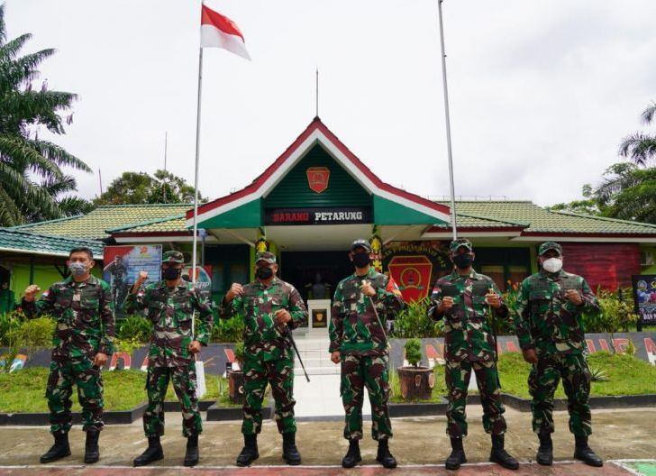 Photo of Pastikan Kesiapsiagaan Prajurit, Danrem 121/Abw Kunjungi Pasukan Pengamanan Perbatasan di Sektor Barat