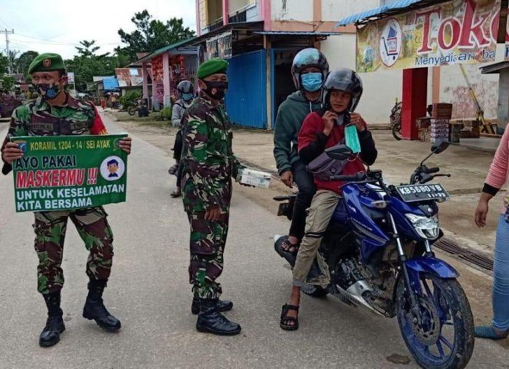 Photo of Koramil 1204-14/Sei Ayak Bersama Satgas covid-19 Bagikan Masker di Desa Sei Ayak Dua
