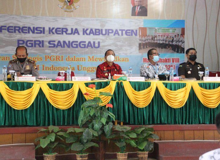 Photo of Buka Konferensi Kerja I PGRI Sanggau, Wabup Ontot: Harapan Besar Para Guru Ada di PGRI