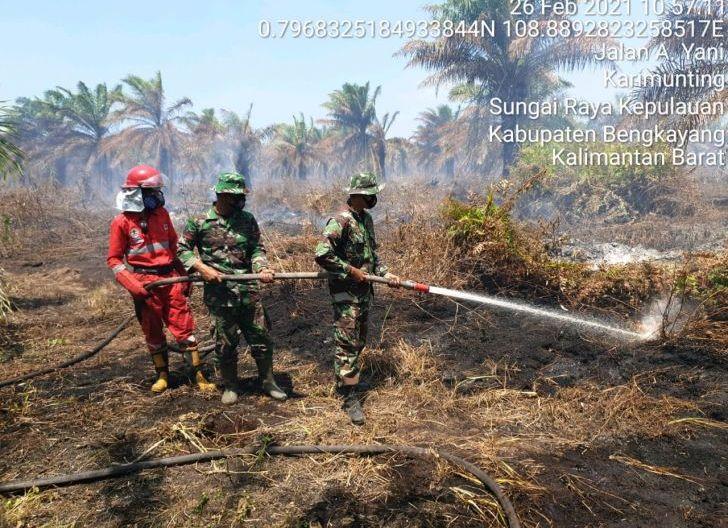 Photo of Koramil 1202-03/Sungai Raya, Padamkan Titik Api yang Muncul di jalan A. Yani