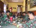 Ciptakan Rasa Kebersamaan, Personel Satgas TMMD Makan Bersama di Rumah Warga