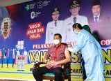 Photo of Bupati Kapuas Hulu dan Wakil Terima Vaksinasi Hari ini
