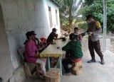 Photo of Bhabinkamtibmas Polsek Capkala Bagi Masker Gratis ke Warga