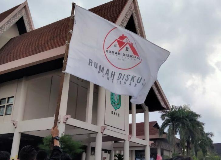 Photo of Rumah Diskusi Dorong Mahasiswa Jadi Agen Pemecah Masalah, Cari Solusi Atasi Karhutla