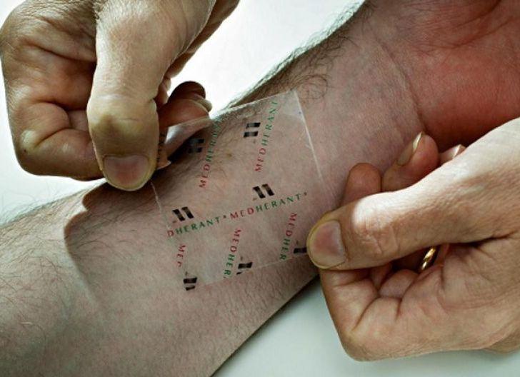 Photo of Tidak Disuntik Cuma Ditempel seperti Koyo, Peneliti Jepang Kembangkan Vaksin Corona Berbentuk Plester