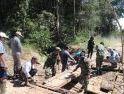 Semangat Gotong-Royong, Satgas Pamtas Yonif 407/PK Bersama Warga Perbaiki Jembatan