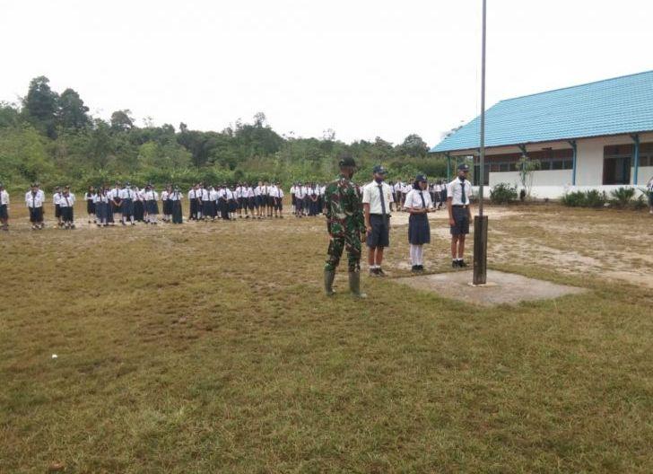 Photo of Latih Pengibaran Bendera, Upaya Satgas Pamtas Yonif 407/PK Bentuk Karakter Siswa-siswi SMPN 4 Ketungau Hulu