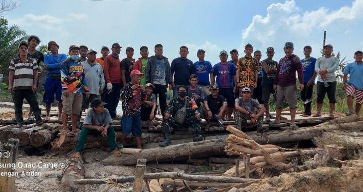 Warga Goa Boma Bersama Babinsa Samalantan Perbaiki Jembatan Ambruk