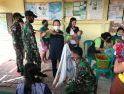 Peduli Tumbuh Kembang Anak, Satgas Pamtas Yonif 407/Padma Kusuma Bantu Bidan Desa Laksanakan Posyandu