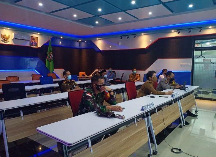 Photo of Bersama Forkopimda, Dandim 1202/Singkawang Ikuti Rapat Koordinasi Penegakan Disiplin Protokol Kesehatan Covid-19
