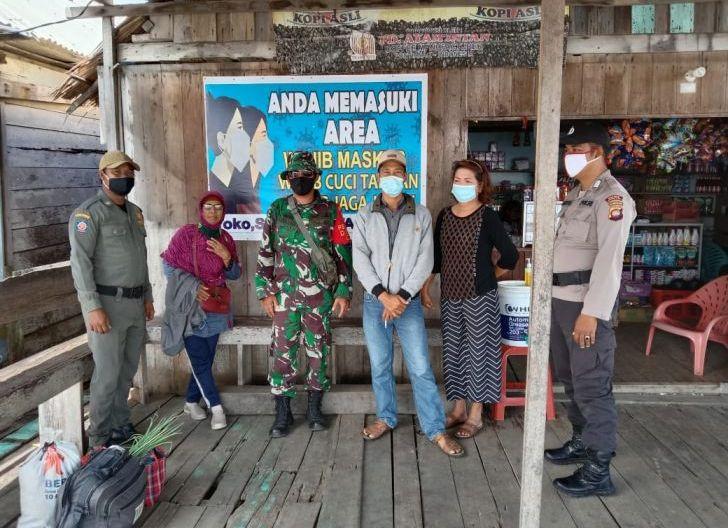 Photo of Sukseskan PPKM Mikro, Babinsa Dusun Besar, Kodim 1203/Ktp Tegaskan Manfaatkan Protokol Kesehatan