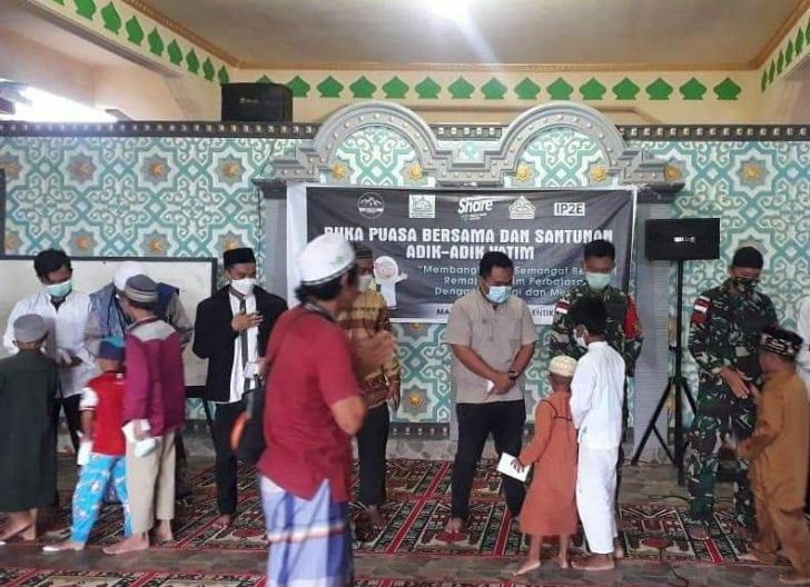 Photo of Hadiri Buka Bersama Anak Yatim, Personel Satgas Pamtas Yonif 642/Kps Beri Santunan