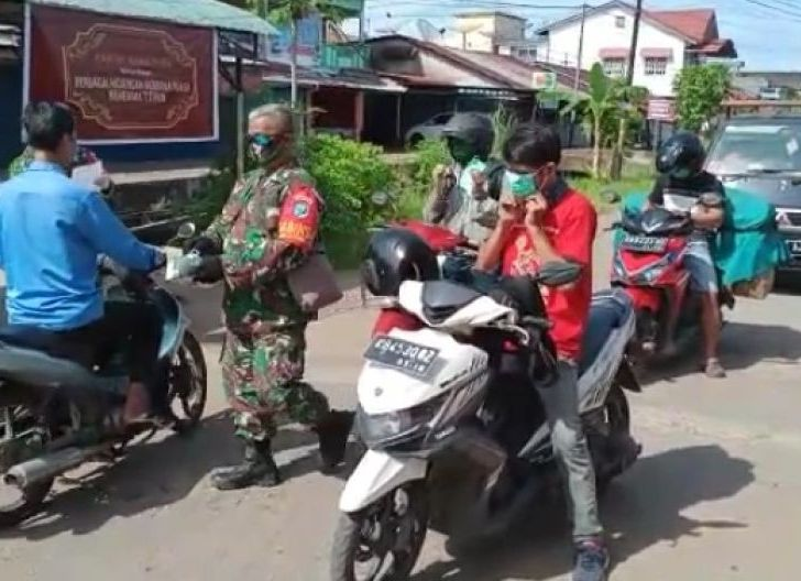 Photo of Tekan Penyebaran Covid-19, Babinsa Parit Baru Laksanakan Patroli Protokol Kesehatan