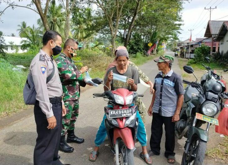Photo of Cegah Penyebaran Covid-19, Babinsa Desa Sungai Itik Bagikan Masker Gratis