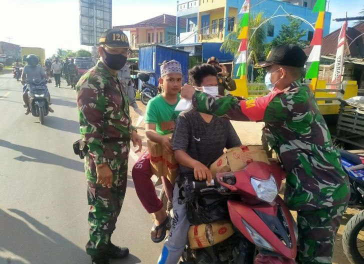 Photo of Satgas Covid-19 Pemangkat Bagikan 2.000 Masker ke Pengunjung Pasar