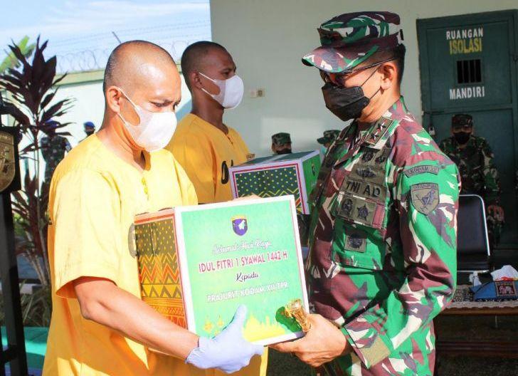 Photo of Pangdam XII/Tpr Beri Arahan dan Bagikan Bingkisan Lebaran kepada Tahanan Militer di Staltahmil