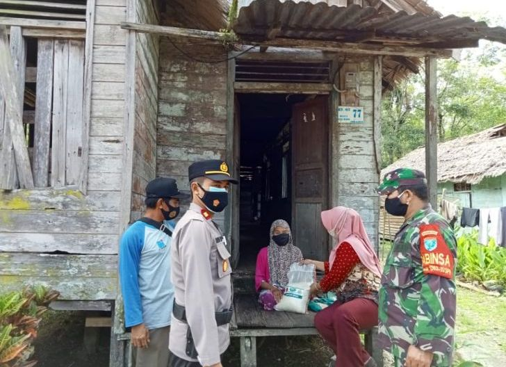 Photo of Ringankan Kebutuhan Warga di Masa Pandemi Covid-19, Koramil Bersama Polsek Simpang Hilir Gelar Baksos