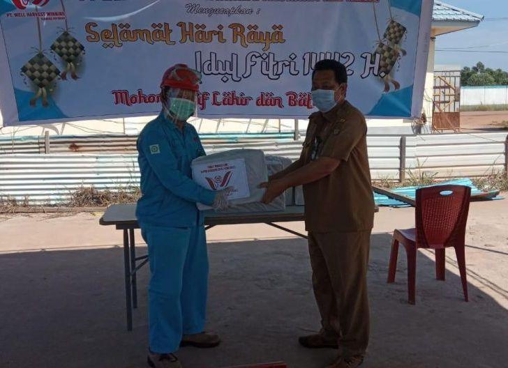 Photo of Lewat Dana CSR, WHW Salurkan Ratusan Bingkisan Lebaran untuk Warga Kendawangan