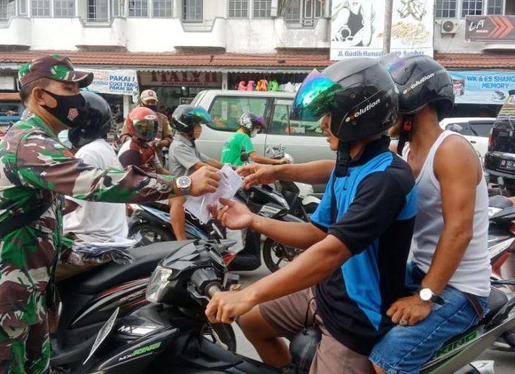 Photo of Kurangnya Kesadaran Masyarakat, Personel Koramil Sambas Bagikan Masker