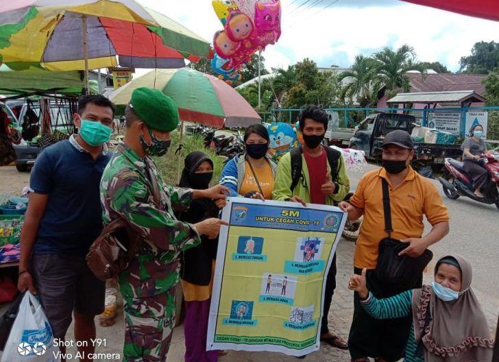 Photo of Sosialisasi PPKM Mikro, Babinsa Kodim 1204/Sgu Masuk ke Pasar-Pasar